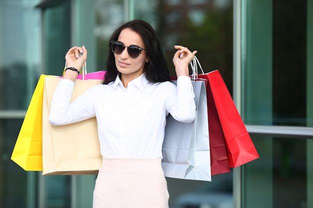 Śliczna kobieta robi zakupy