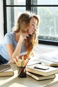 Śliczna kobieta studiuje