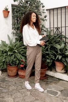 Śliczna kobieta trzyma książkę outside