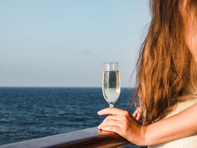 Śliczna kobieta trzyma pięknego szkło szampan