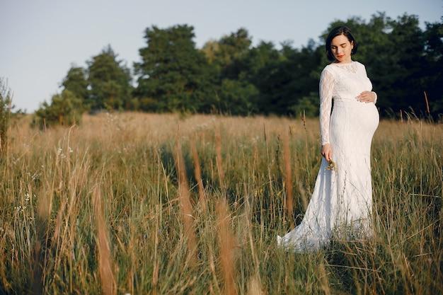 Śliczna kobieta wydaje czas w lata polu