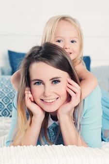 Śliczna kobieta z małą dziewczynką. matka z córką