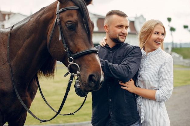 Śliczna kochająca para z koniem na rancho