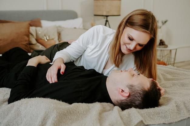 Śliczna, kochająca się para bawi się razem w łóżku