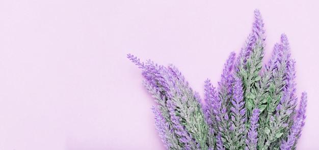 Śliczna kompozycja kwiatów lawendy