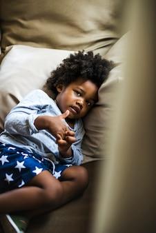 Śliczna mała afrykańska chłopiec przy kurortem