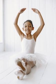 Śliczna mała baletnica. dziecko tańczy w pokoju. dziecko w klasie tańca.
