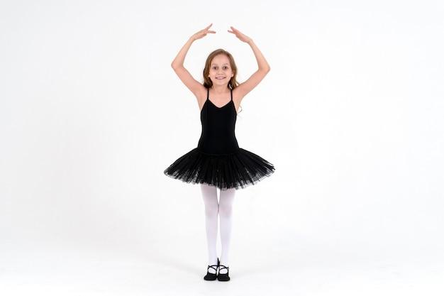 Śliczna mała baletnica w studio tańca