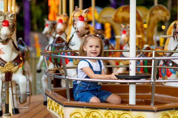 Śliczna Mała Blondynka W Parku Rozrywki Premium Zdjęcia