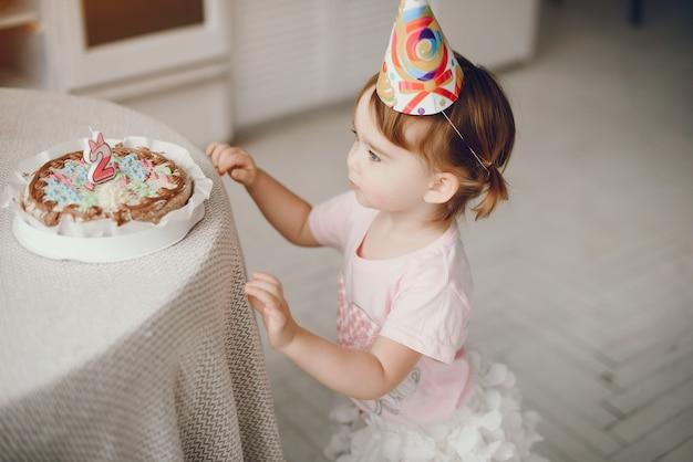 Śliczna mała dziewczynka bawić się w domu