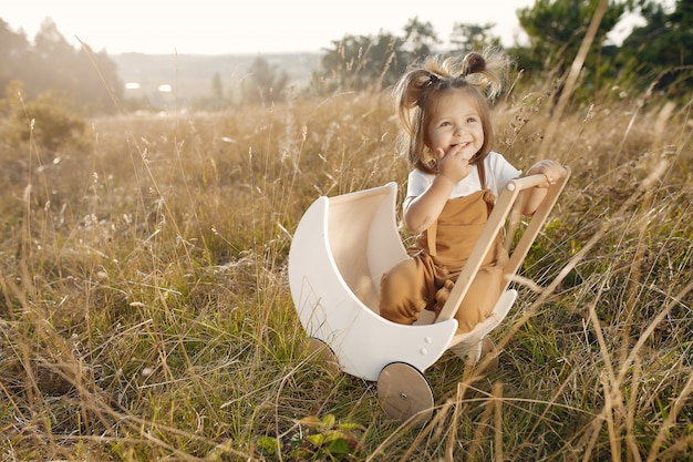Śliczna mała dziewczynka bawić się w parku z białym frachtem