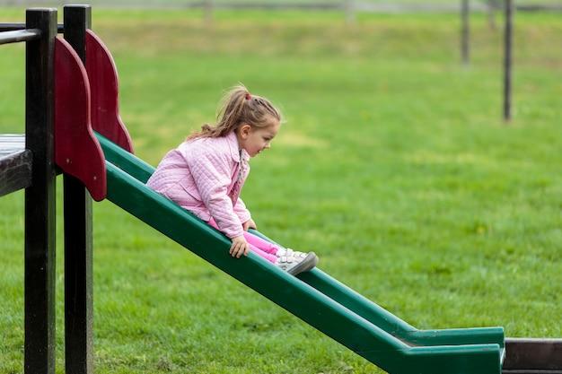 Śliczna Mała Dziewczynka Bawić Się W Parku Premium Zdjęcia