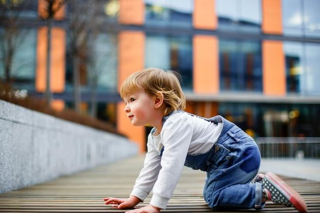 Śliczna mała dziewczynka czołgać się na podłoga