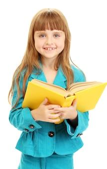 Śliczna mała dziewczynka czyta książkę na białym tle