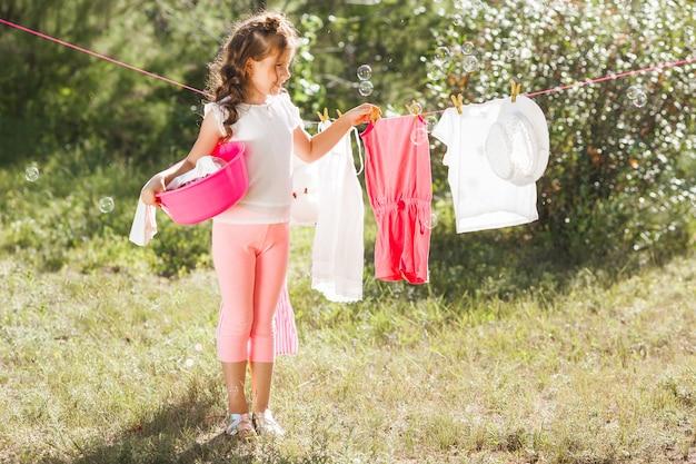 Śliczna mała dziewczynka do prania