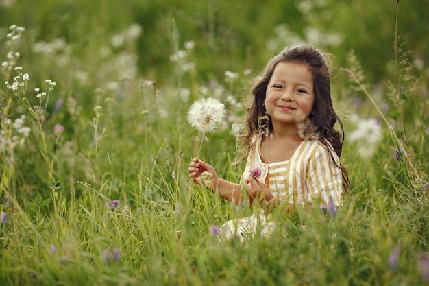 Śliczna mała dziewczynka gra w letnim polu