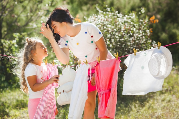 Śliczna mała dziewczynka i jej matki pranie