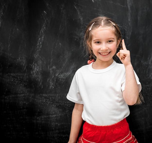Śliczna mała dziewczynka ma pomysł w szkole