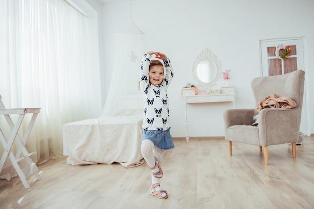Śliczna mała dziewczynka marzy o zostaniu baletnicą. dziewczyna studiuje balet.