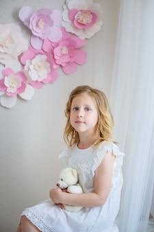 Śliczna mała dziewczynka marzy o zostaniu księżniczką.