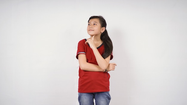Śliczna mała dziewczynka myśli o dobrym pomyśle na białym tle