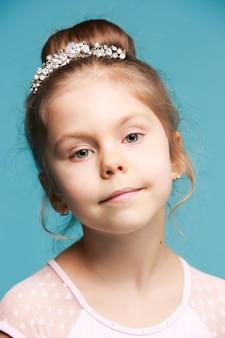 Śliczna mała dziewczynka na błękitnym tła zakończeniu