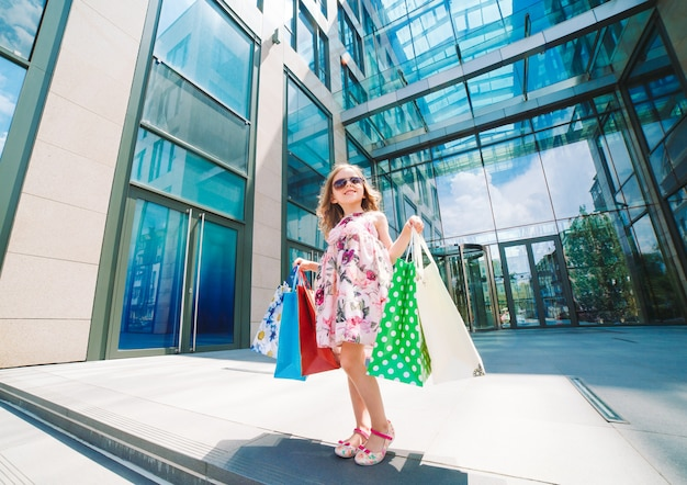 Śliczna mała dziewczynka na zakupy, portret dzieciak z torba na zakupy, zakupy, dziewczyna.
