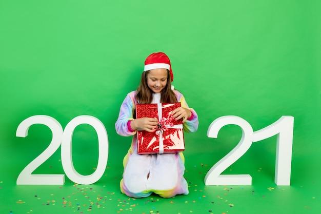 Śliczna mała dziewczynka na zielonym na białym tle