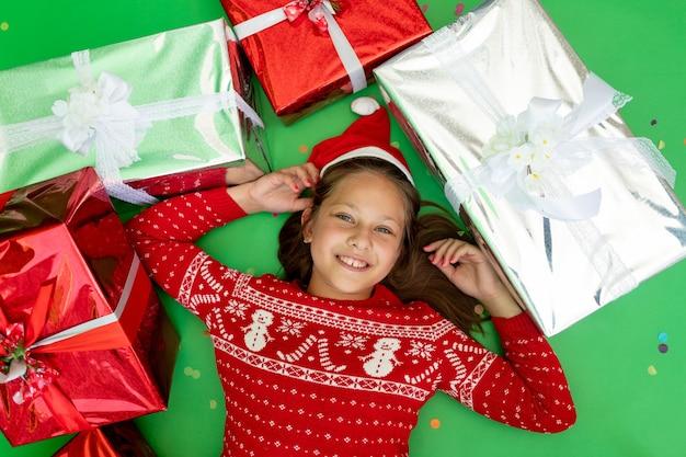 Śliczna mała dziewczynka otoczona prezentami
