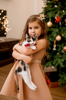 Śliczna mała dziewczynka otrzymała w prezencie kociak na nowy rok