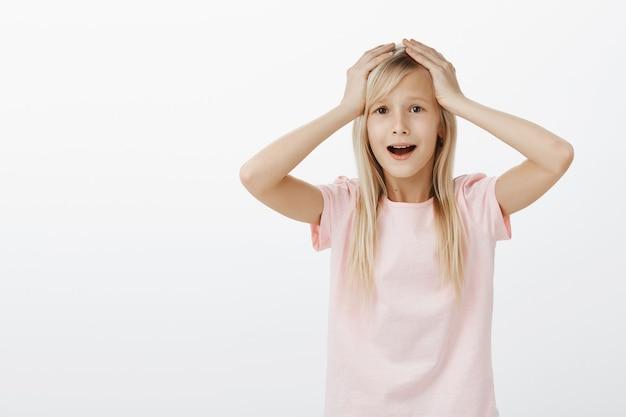 Śliczna mała dziewczynka panikuje, wygląda na przestraszoną i zmartwioną