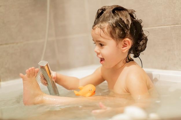 Śliczna mała dziewczynka po kąpieli