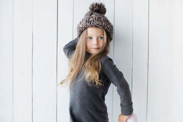Śliczna mała dziewczynka pozuje modę