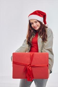 Śliczna mała dziewczynka prezent na nowy rok świąteczny styl życia. wysokiej jakości zdjęcie