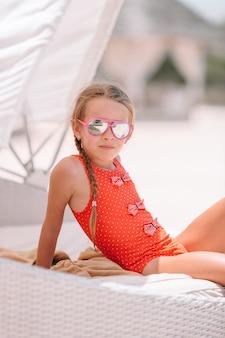 Śliczna mała dziewczynka przy plażą podczas wakacje