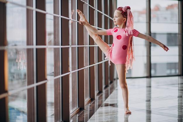 Śliczna mała dziewczynka robi gimnastykom