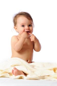 Śliczna mała dziewczynka siedzi na ręczniku