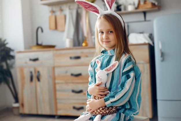 Śliczna mała dziewczynka siedzi w domu