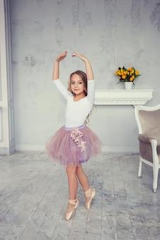 Śliczna mała dziewczynka tańczy jak baletnica