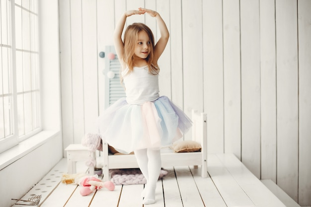 Śliczna mała dziewczynka tanczy w domu