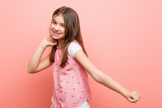 Śliczna mała dziewczynka tanczy zabawę i ma.