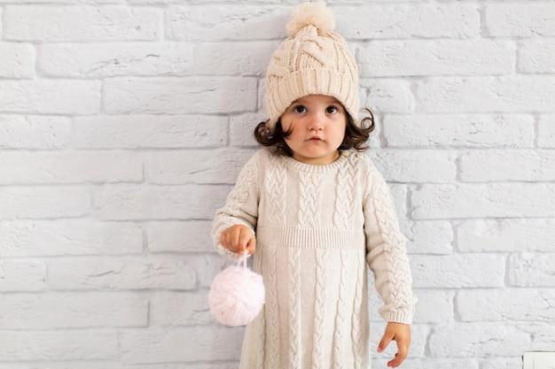 Śliczna mała dziewczynka trzyma boże narodzenie kulę ziemską