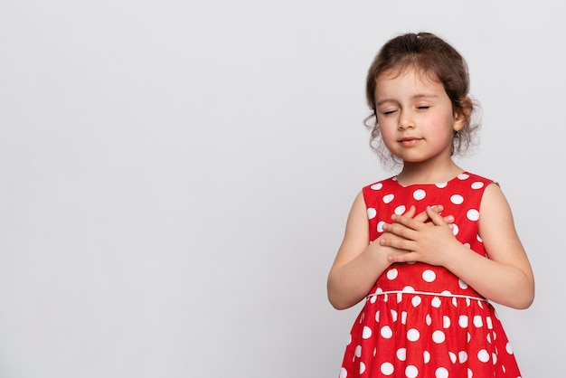 Śliczna mała dziewczynka w czerwonej sukience