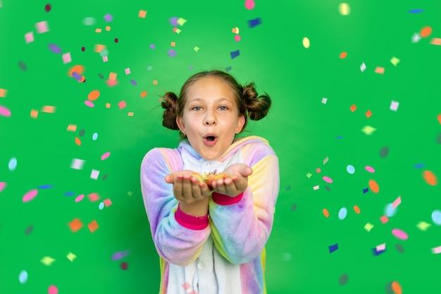 Śliczna mała dziewczynka w czerwonych strojach mickey mouse dmuchanie konfetti