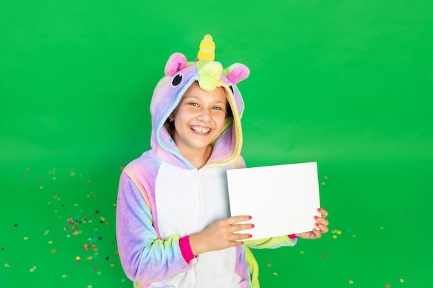 Śliczna mała dziewczynka w czerwonych strojach mickey mouse z arkusza papieru