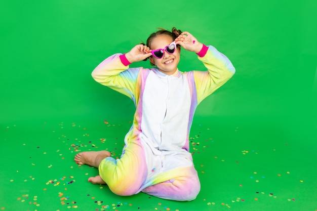 Śliczna mała dziewczynka w czerwonych strojach mickey mouse z okularami przeciwsłonecznymi