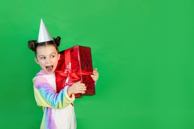 Śliczna mała dziewczynka w czerwonych strojach myszka miki z pudełkiem