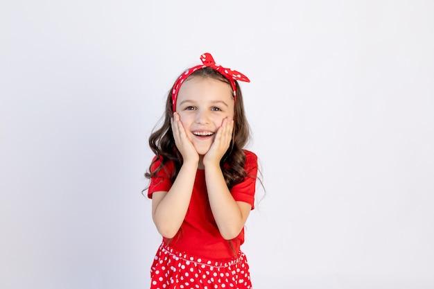 Śliczna mała dziewczynka w czerwonym stroju