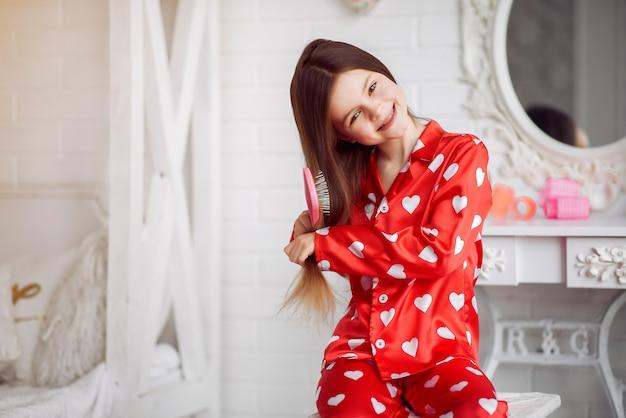 Śliczna mała dziewczynka w domu w piżamie