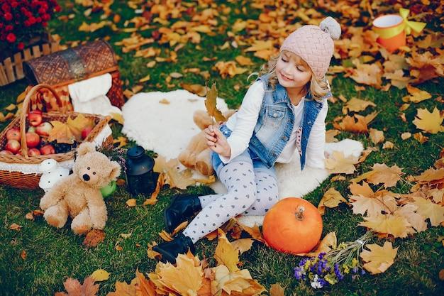 Śliczna mała dziewczynka w jesień parku